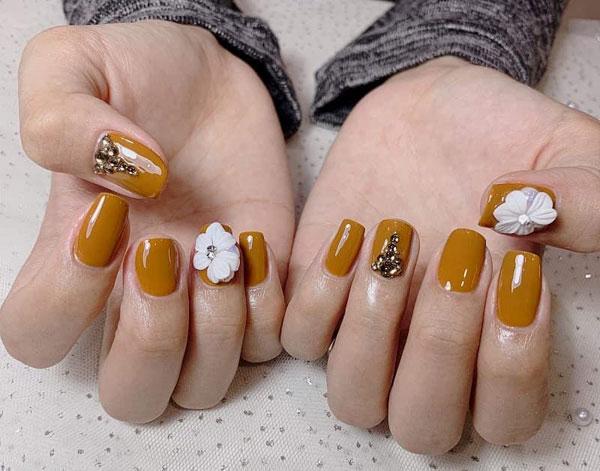 Mẫu nail màu vàng đính đá 04