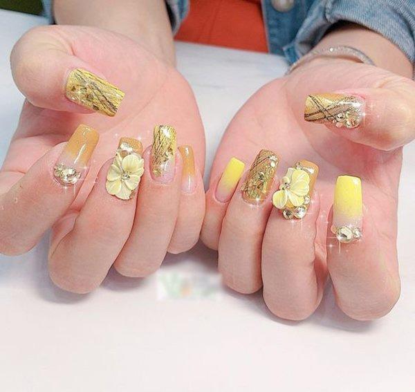Mẫu nail màu vàng đính đá 05