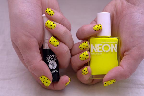Nail màu vàng chấm bi 05