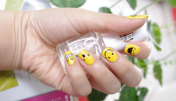 Mẫu nail màu vàng dễ thương 02