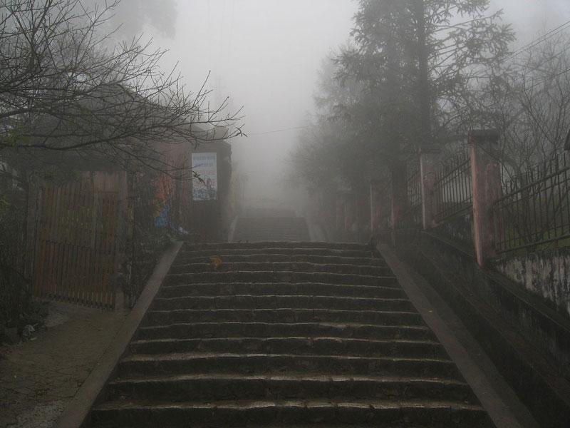 đường phố trong sương mù tại sapa