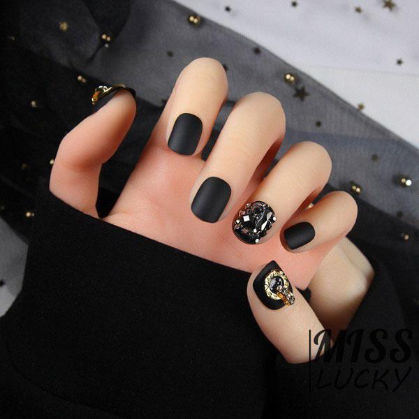 Mẫu nail màu đen đính đá 02