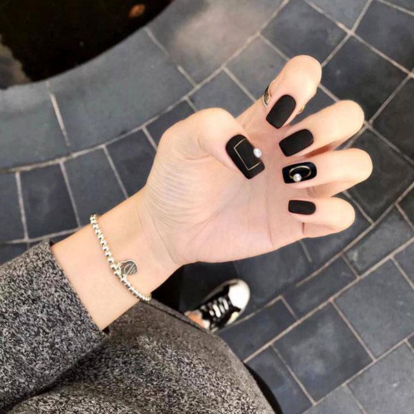 Mẫu nail màu đen nhám 03